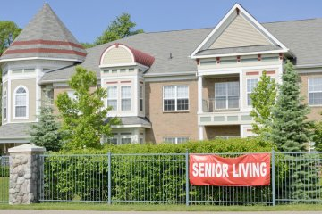 Teenager Realizes She Accidentally Moved Into A Retirement Community After Renting Apartment Online